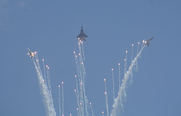 Cantik dan Bergemuruh Penampilan Trio RSAF, 1 F-15SG + 2 F-16C
