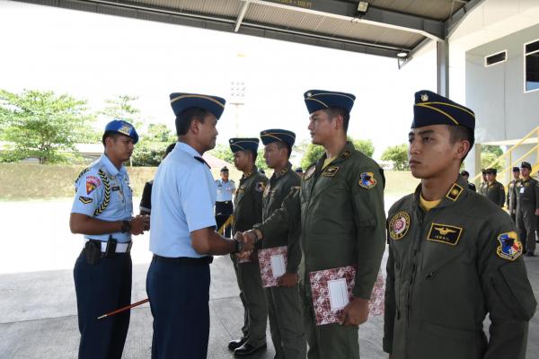 """Tiga Penerbang Muda TNI AU Peroleh Badge """"Black Panther"""""""