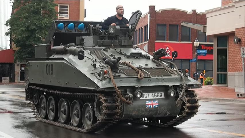 Pria Ini Beli Tank Eks Kerajaan Inggris Hanya untuk Berkeliling Rumah