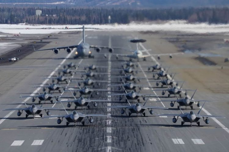 AU AS Pamer Kekuatan, 24 F-22 Raptor Lakukan Elephant Walk