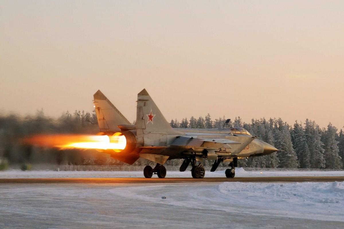 Jet tempur Foxhound dan pembom Fencer latihan terbang cuaca ekstrem