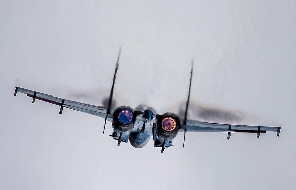 10 penerbang tempur Su-27 dan Su-30SM adu taktik tempur di atas lautan