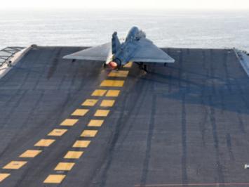 Tejas versi maritim lepas landas dari INS Vikramaditya