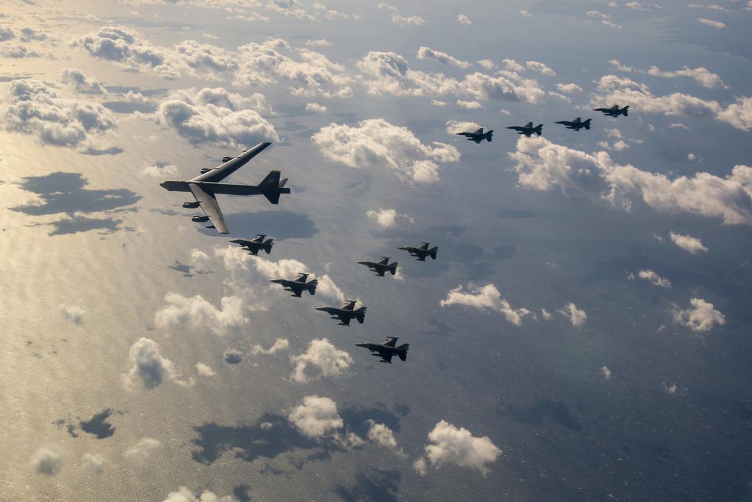 B-52, F-16, dan F-2