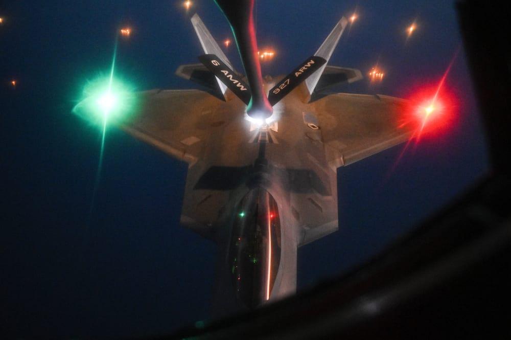 Pengisian bahan bakar di udara dari KC-135 ke F-22