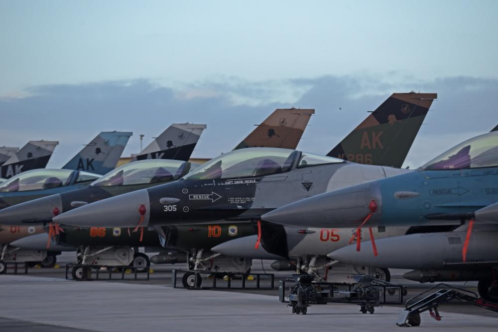 12 F-16 Skadron Agresor USAF mainkan peran sebagai Pasukan Merah di Guam