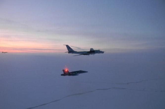 CF-18 dan Tu-142