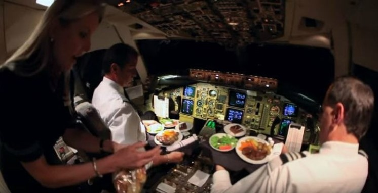 Pilot-disuguhi-makan-di-kokpit