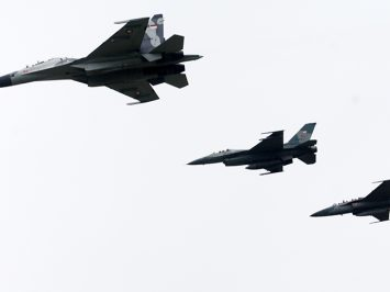 Su-30 dengan F-16 dan T-50i_roni_sontani