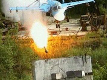 Su-34 tembakkan roket di darat