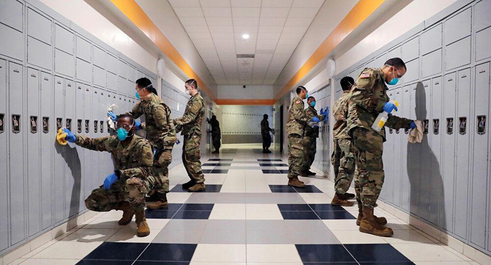US Army menyemprotkan desinfektan