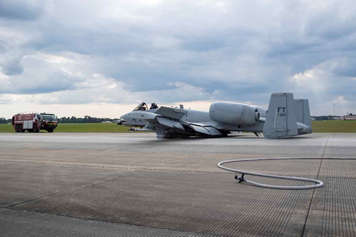 A-10C Thunderbolt II mendarat darurat tanpa roda di landasan