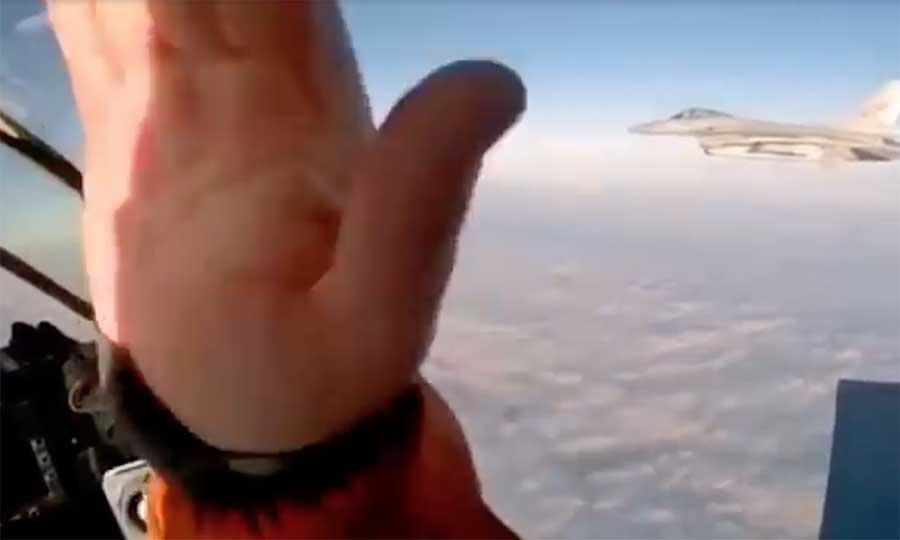 Pilot MiG-31 lambaikan tangan