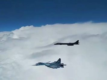 Su-27 cegat B-1B