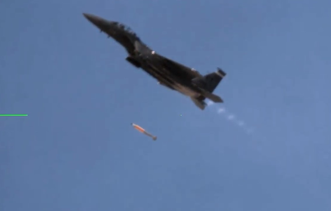 F-15E jatuhkan bom gravitasi nuklir B61-12