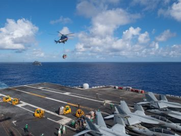 Helikopter Super Puma angkut paket amunisi ke kapal induk AS