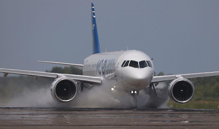 MC-21-300 telah menjalani uji proteksi air di landasan