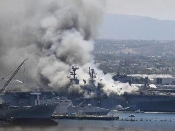 Api di USS Bonhomme Richard (LHD-6) sulit dipadamkan