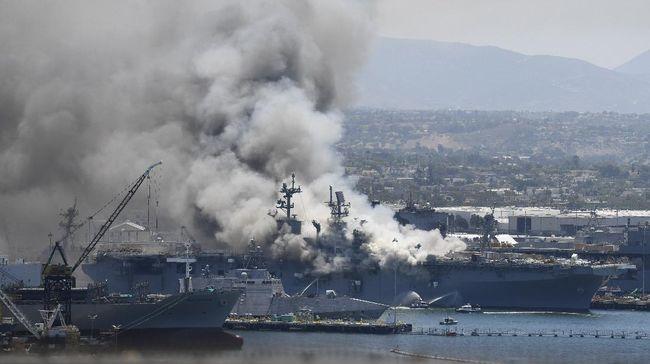 USS-Bonhomme-Richard-terbakar