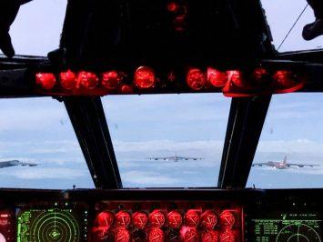 B-52 terbang formasi