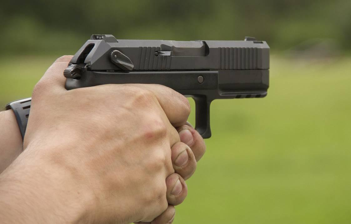 Pengendara Fortuner Acungkan Pistol