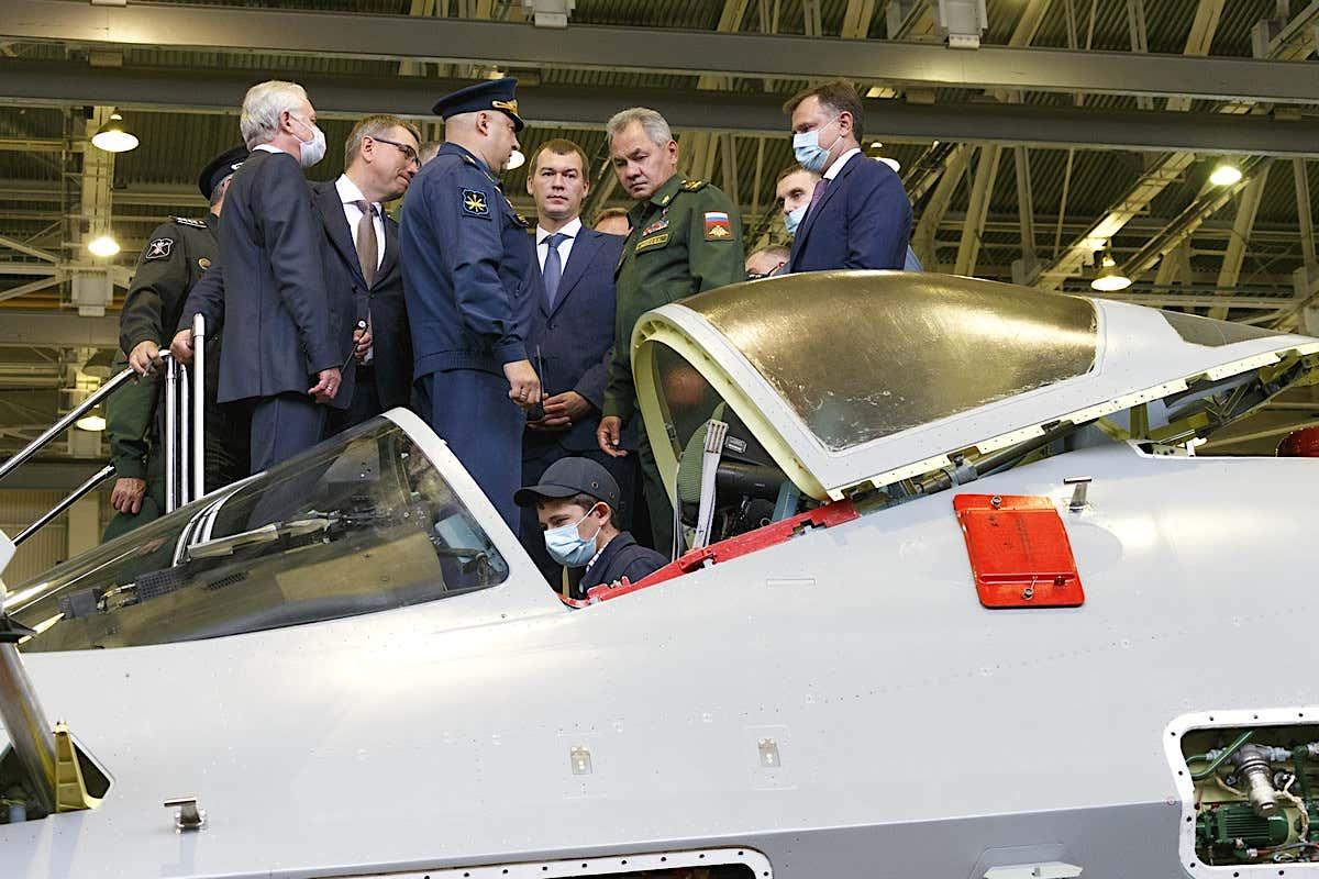 Sergei-Shoigu-tinjau-fasilitas-produksi-Su-57