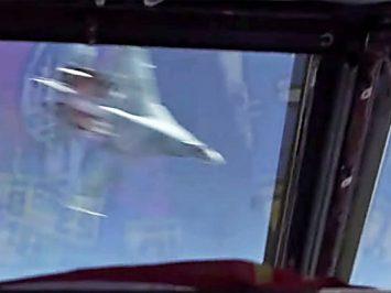 Su-27 melintas di depan B-52