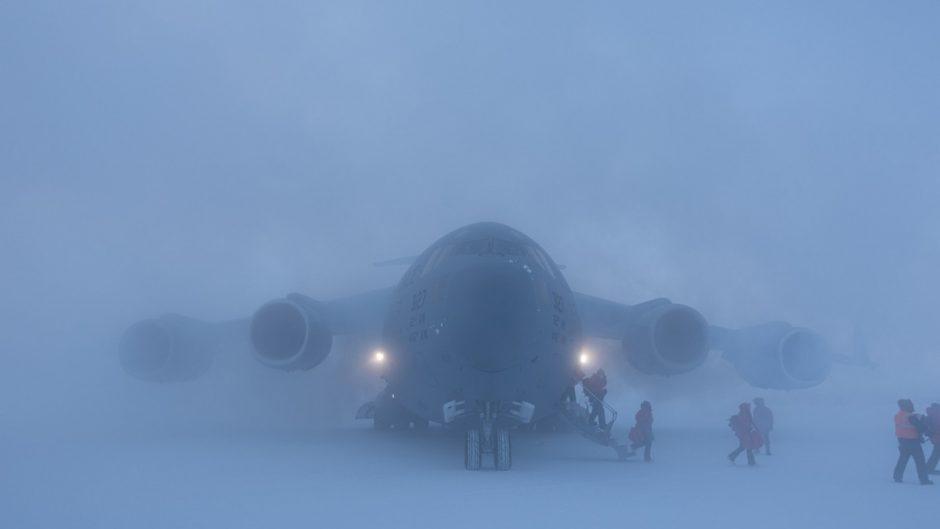 Menembus kebekuan yang dalam di kutub, misi C-17 USAF di Antartika