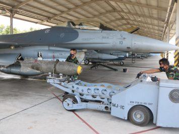 F-16 loading persenjataan