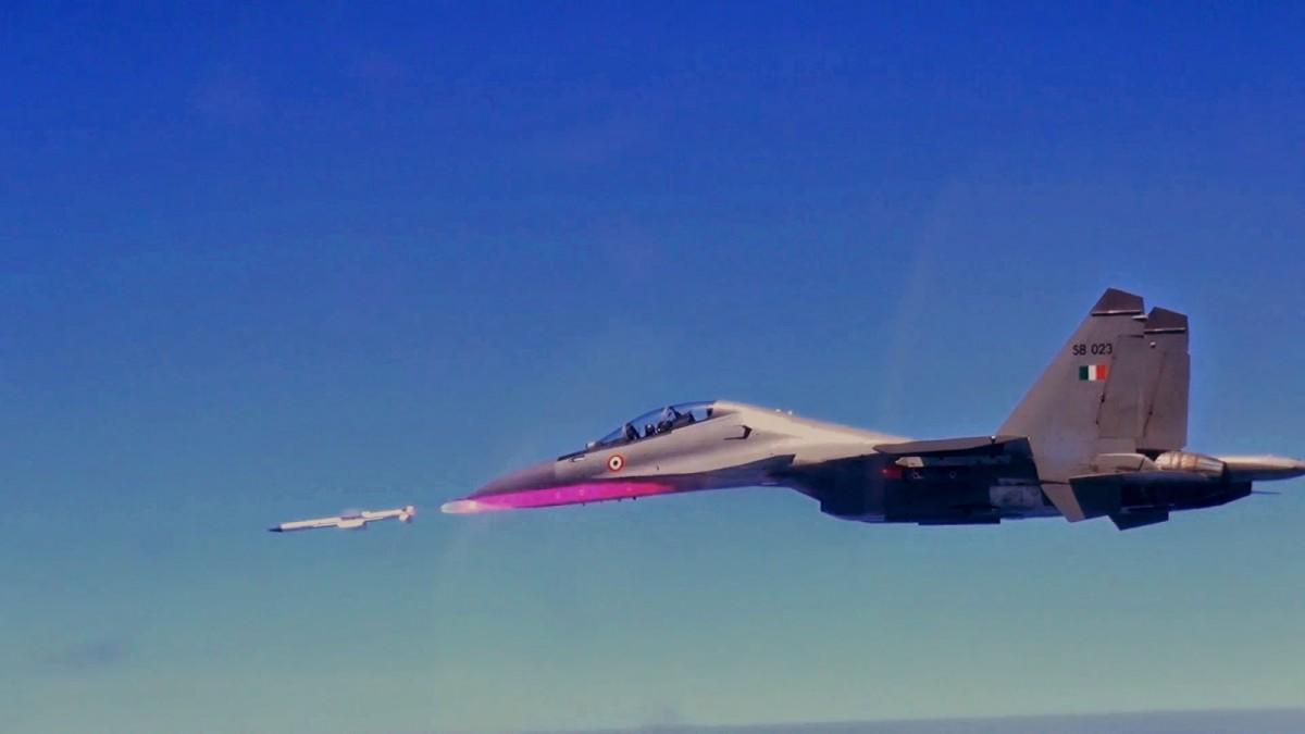 Su-30MKI menembakkan rudal Astra