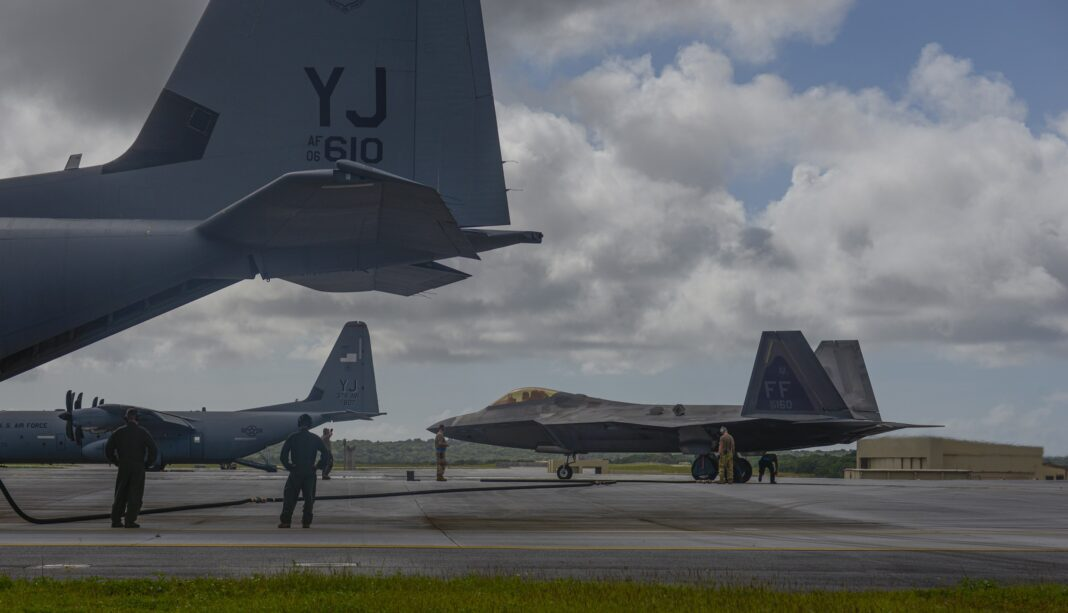 F-22_hot-pit refuel