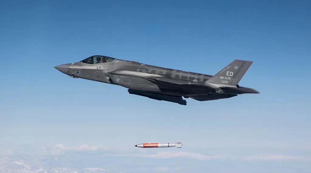 F-35A lepaskan bom B61-12