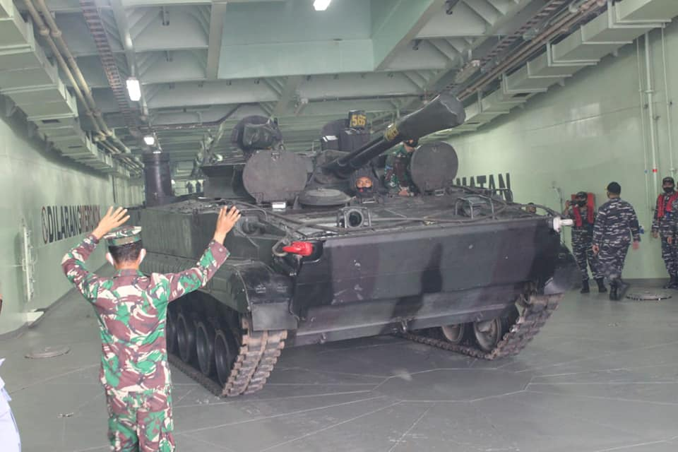 BMP-3F di dalam KRI Teluk Youtefa
