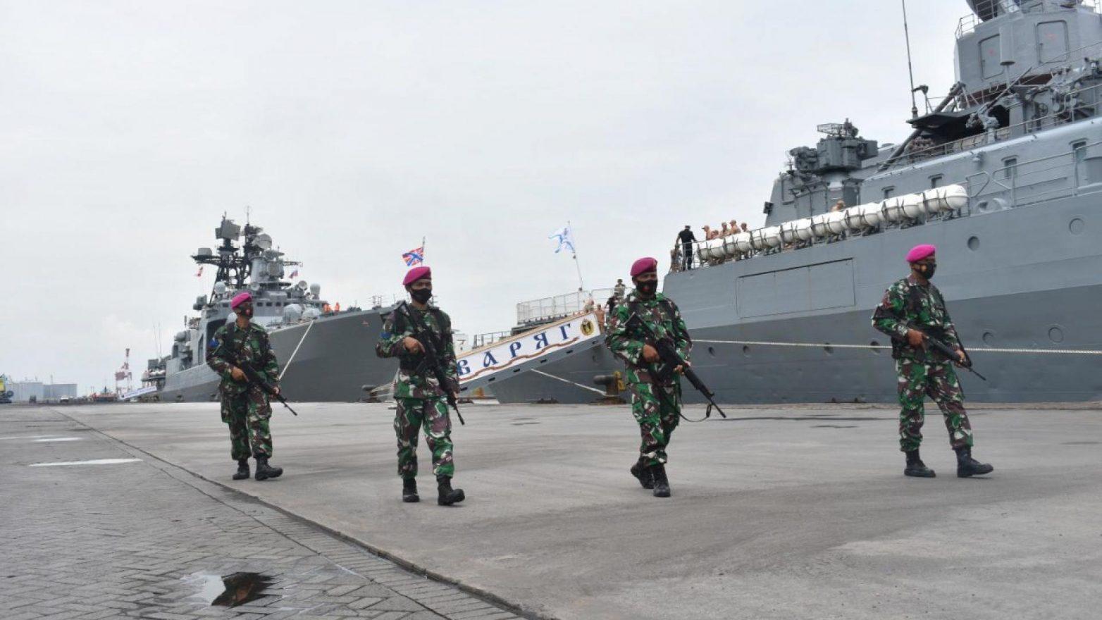 Korps Marinir menjaga kedatangan tiga kapal Rusia di Surabaya