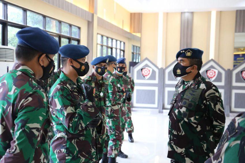 Pangkoopsau I berbincang dengan enam prajurit TNI AU usai mendapatkan kenaikan pangkat luar biasa