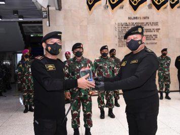 Penyematan Brevet Kehormatan Hiu Kencana TNI AL kepada Kapolri