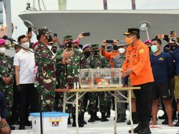 Penyerahan FDR dari Panglima TNI kepada Kabasarnas