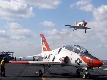 Menengok sejumlah jet latih berbasis di kapal induk