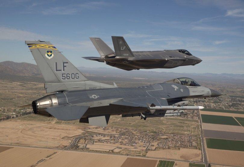 F-16 dan F-35 pertama di Luke AFB