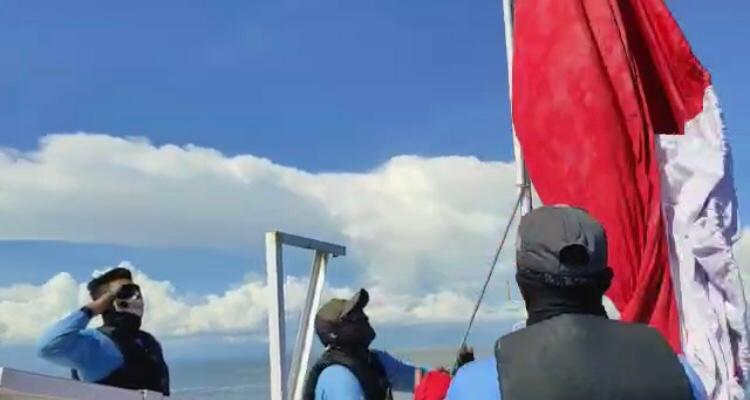 Kopaska ganti bendera Merah Putih dengan yang baru di suar Karang Unarang Ambalat