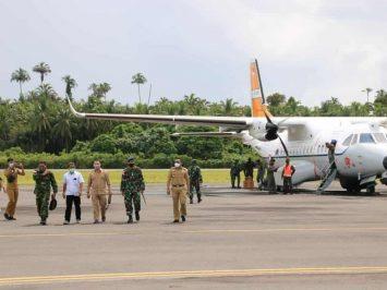 Pesawat CN235 mendarat di Bandara Kao Halut