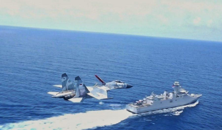 Su-27 terbang di atas KRI GNR-332 dalam Operasi Gabungan di ALKI II
