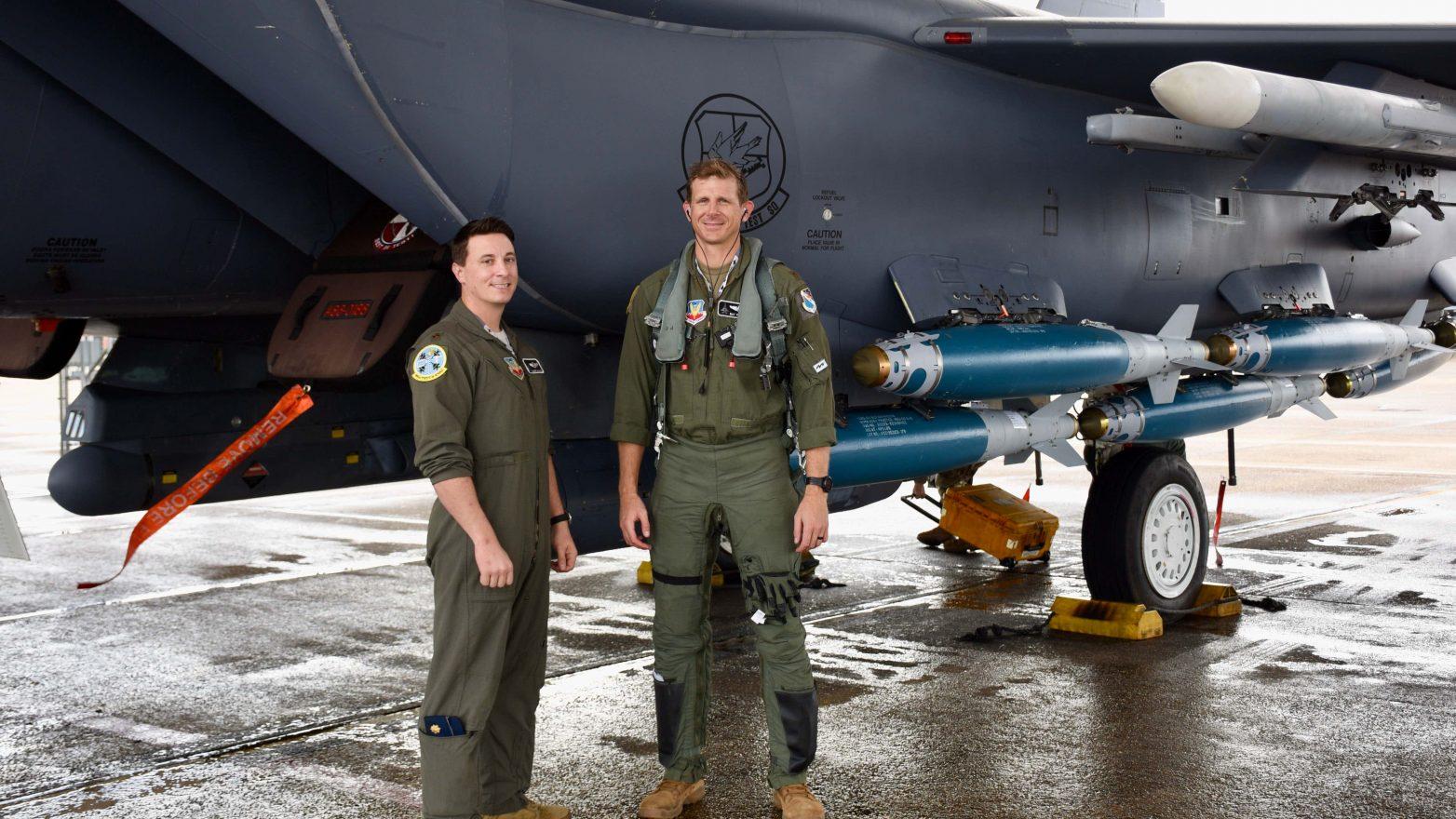 Personel USAF dan F-15E yang membawa bom JDAM