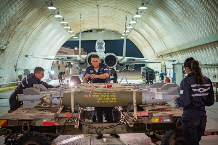 Teknisi IAF persiapkan bom