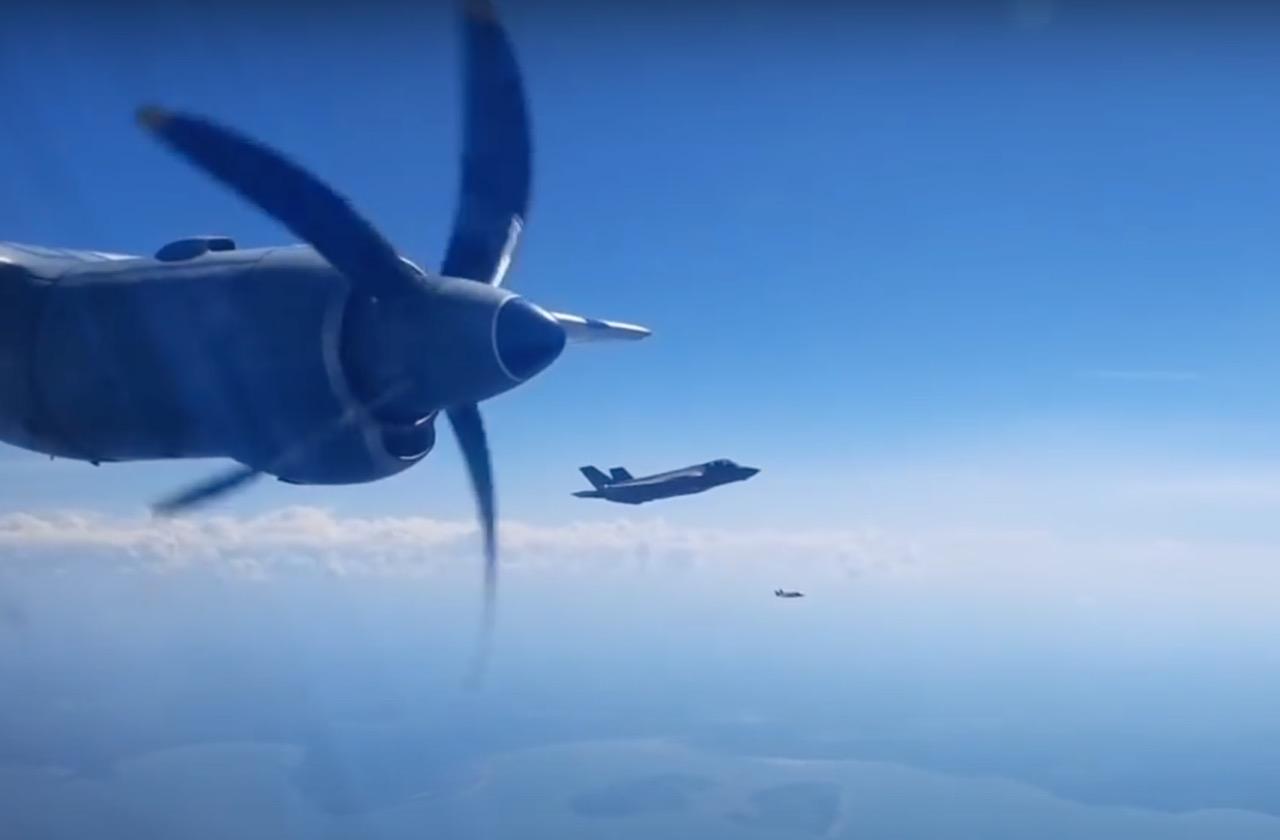 F-35A dekati An-12