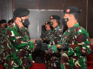 Panglima TNI menerima laporan kenaikan pangkat Danjen Akademi TNI
