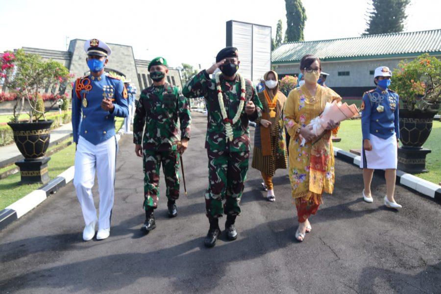 Pengukuhan Ibu Asuh Taruna tingkat I Akademi TNI_4