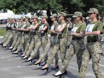 Kadet Wanita Ukraina kenakan sepatu hak tinggi dalam parade