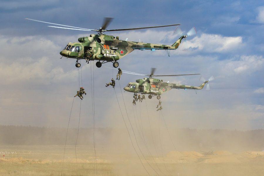 Pasukan Lintas Udara Rusia turun dari heli Mi-8